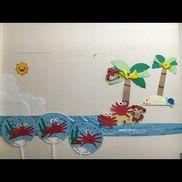 【夏の壁面】子どもの手型でカニをつくりました。うちわの製作も兼ね、楽しい合作です☆