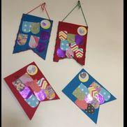 こいのぼりバック こいのぼりを 裏表貼り、ぐるっと紐を通してバックに。 子どもの日のお祝いに お菓子を入れて渡しました。材料 : 画用紙、毛糸、穴あけパンチ、折り紙