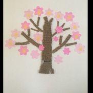 色画用紙桜の花びらの形に切り、子どもたちの手形を押す。