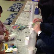 「ぷくぷく」あそび→2歳頃製作→3歳(補助有)材料→紙コップ(トイレットペーパーの芯)、ストロー、ビニール袋児童文化のイベントで教えてもらいました。おばけやキリンに見立てて遊ぶ子が多かったです。ビニール袋をカップにしまう際はキリンなら「キリンさんさようなら〜(バイバーイ)」と言いながらすると片付けも楽しめる様子でした。