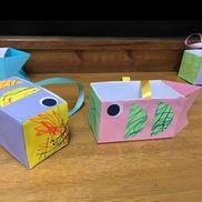 ☆こいのぼり小物入れ☆1歳児*色画用紙*水性ペン*のり*リボン*テープ*牛乳パック①色画用紙に水性ペンでお絵描きをする※置いても吊るしても小物入れ、ペン立てとしても使える!※子どもたちが散歩に行く際、手作りバッグを大事そうに持っていたのがきっかけでこれを作った