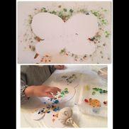 蝶々型に切り取った台紙に指でペタペタしました。割り箸に丸くしたガーゼを輪ゴムで付けてガーゼスタンプも作りました。一通り蝶々に色が付いたら下にもう一枚白い画用紙置いてガーゼ棒で豪快にはみ出しながらポンポンしてもらい外したら綺麗な蝶々の模様が浮き上がりました。どちらももっと可愛くデコレーションして飾る予定です。かなり集中して遊んでましたのでオススメです。2歳1ヶ月の作品