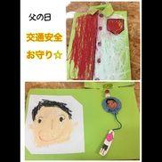 父の日製作  4歳児クラス子どもが手がけた事→B5半分の用紙に似顔絵描き、写真撮り、ラッピングとしての、Yシャツ作り(ハサミ、色付け)一緒にプラ板を焼いたので、縮んでいく様子を、楽しそうに見てました(^ ^)
