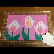 額縁〈材料〉色画用紙・梱包テープ〈使い方〉中の製作は、定番の手型チューリップです。が、中身じゃなくて、額縁です。黄緑色の色画用紙に、小さく切った茶色い色画用紙をレンガ風に貼り、梱包テープで丈夫にします。裏にも黄緑色の色画用紙を背表紙としてあてます。もちろん、梱包テープを付けて丈夫にしてあります。一年間、この中身は色々と変わって展示されます。年度末に全作品をこの額縁で綴じて、作品集として渡します。春にチョット頑張っておくと、3月の忙しい時期に作品集用の物を作らなくて済むし、親も毎月の作品が同じ所に展示してあるので、見やすいし、廊下の雰囲気が画廊の様になるかな?と一石二鳥?な気持ちで作りました。