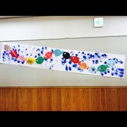 【魚と水しぶき】2歳 8月画用紙 ・ 模造紙 ・ 絵の具 ・ クレヨン夏なので 海をつくろうと思ったのですが水しぶきぽくなりました!