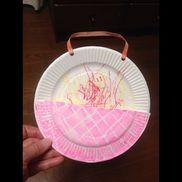 0歳児  母の日大好きなお母さんに子どもからのプレゼントです。紙皿に殴り描きして、半分に切った紙皿を併せてウォールポケットにしました。すぐに飽きちゃう子どもたちに何日かかけて、殴り描きを完成させました。