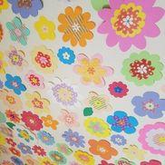 材料・画用紙・柄つき折り紙 (画像は半透明の折り紙を使いました)・花形クラフトバンチ・デコレーションシール作り方・画用紙の花(大)、折り紙の花(中)、クラフトバンチの花(小)をできるだけいろんな形、いろんな色で作ります※画用紙の花(特大)バージョンもあるとかわいいです。組み合わせは色の配色等気にせずに作るといろんな種類ができていいと思います。
