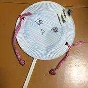 青鬼のでんでん太鼓3歳児2月(節分)紙皿(顔)、画用紙(角)、色鉛筆、油性ペン(目・鼻・口)、紐or糸(手)、ビーズ→重りになってぶつかるもの(指?)、割り箸(持ち手)