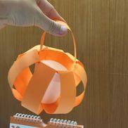 紙コップかぼちゃ中にお菓子などを入れて持ち歩いたり飾れる