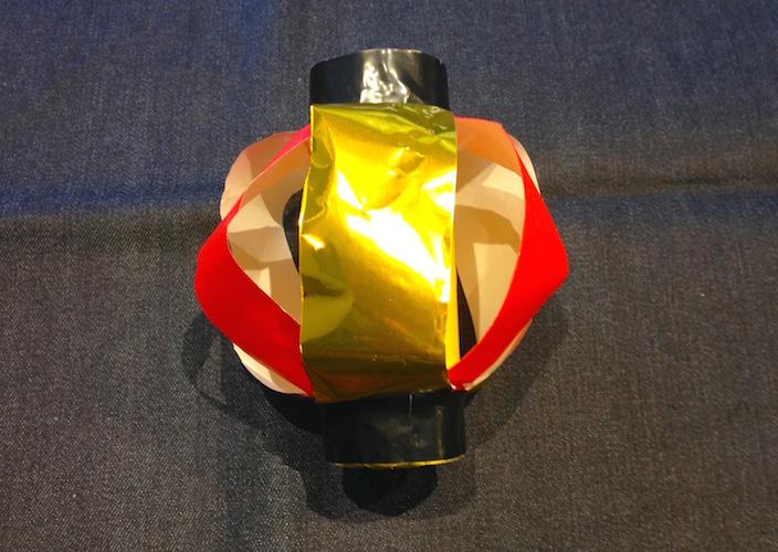 芯の上下両端にビニールテープを巻き完成した提灯の写真