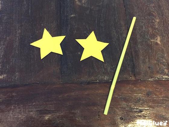 画用紙で作った2個の星とストローの写真