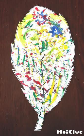 葉の形に切り取った画用紙の写真