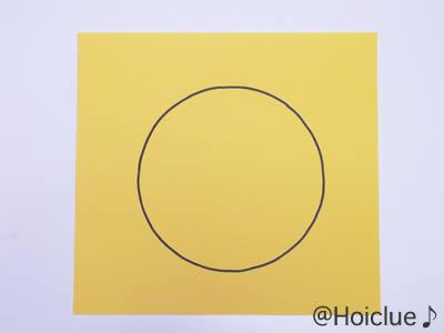 画用紙の中心に円を描いた写真