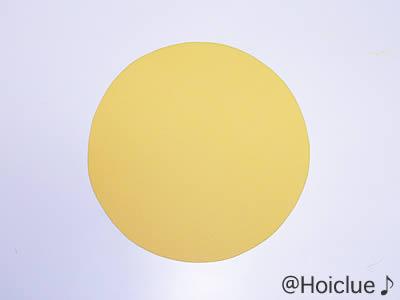 円形に切り抜いた画用紙の写真