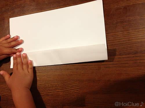画用紙を折っている写真