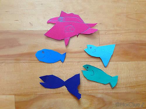 画用紙を魚の形に切り抜いた写真