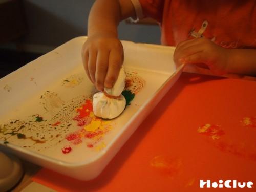 絵の具をつけスタンプする子どもの様子