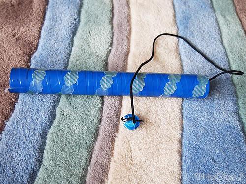 サランラップの芯に紐をつけた写真