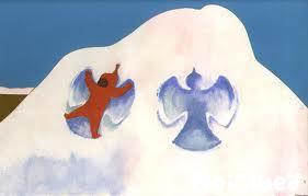 雪の天使を作っているようすの写真